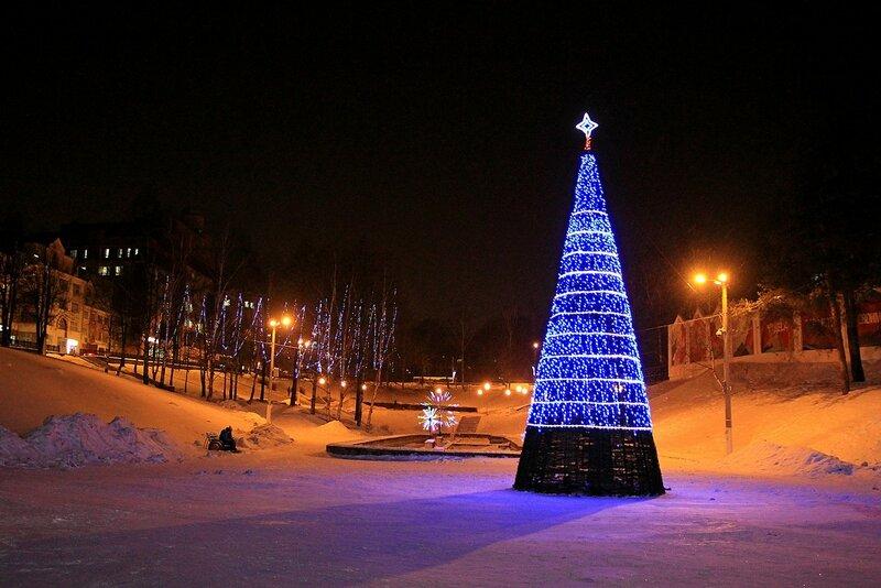 Ёлка с огнями в сквере им. 60-летия СССР в бывшем овраге Засора