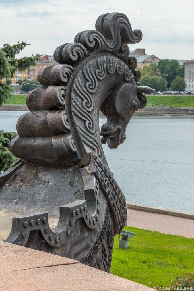 Памятник Афанасию Никитину, деталь (ладья)