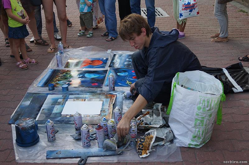уличные художники на набережной моря