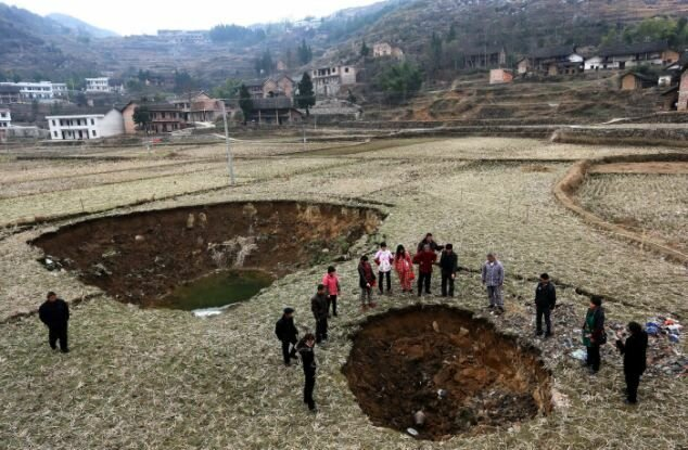 Деревушка в Китае постепенно уходит по землю