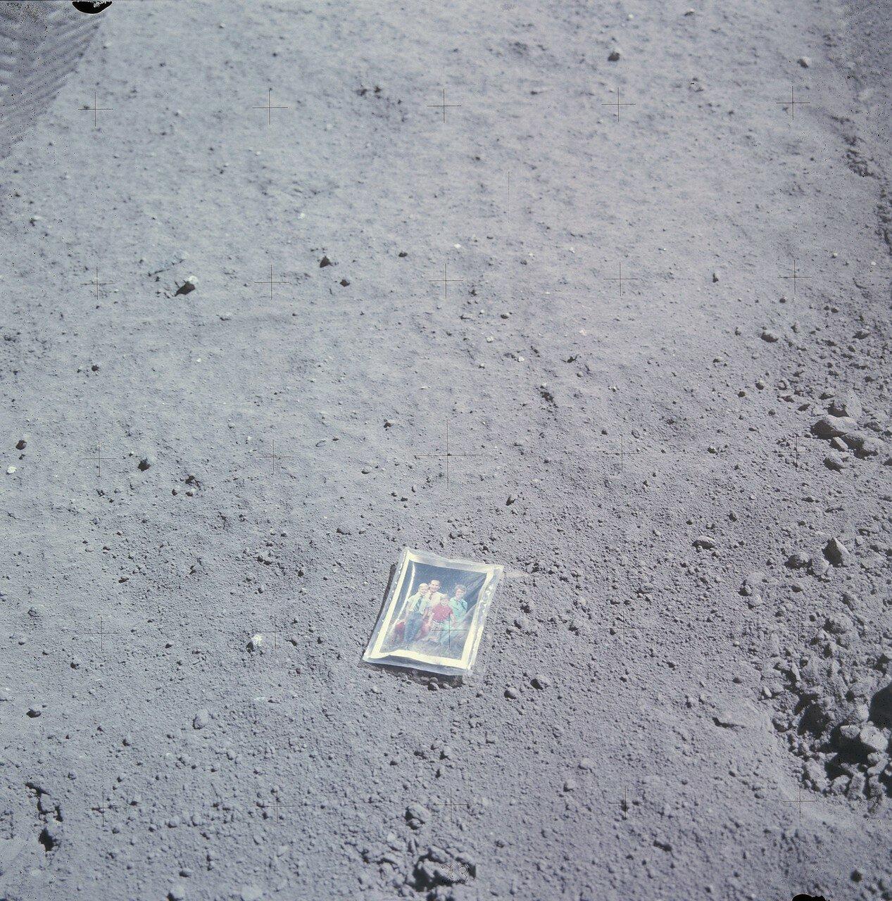 Так  же Дьюк положил на лунный грунт фотографию своей семьи. На снимке: Фото семьи Дьюка Чарли с женой Дотти и сыновьями Чарльзом и Томасом