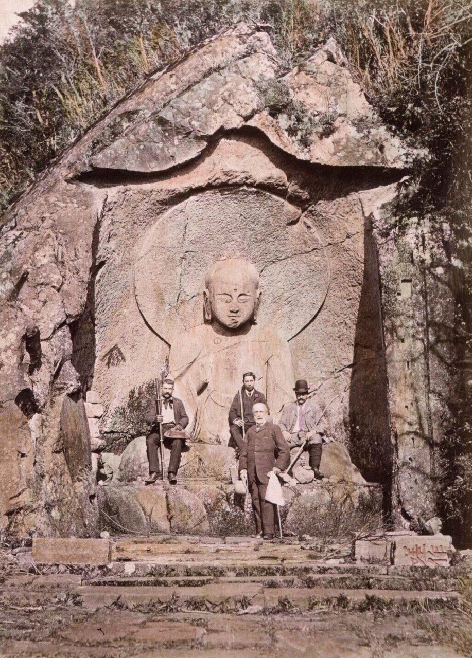 Четыре европейца возле статуи Будды в Хаконе. Япония. 1890 г.