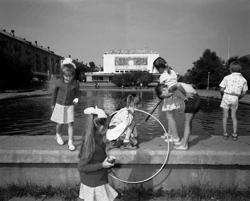 1989 год. Братск. Дети у фонтана на площади перед гостиницей «Тайга»