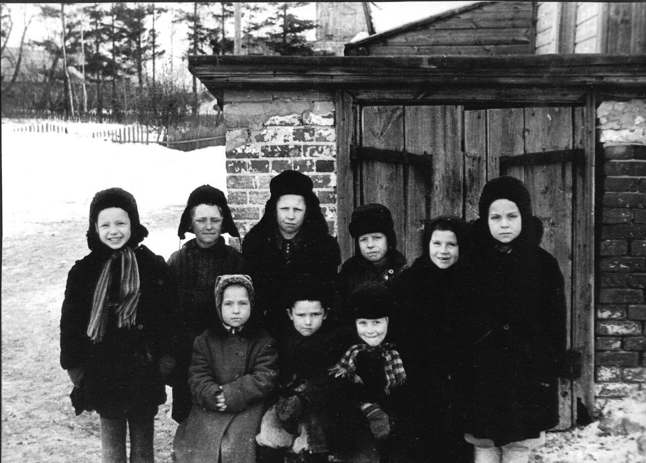 Костинские дети у входа в третий подвал. Конец 50-х годов прошлого века