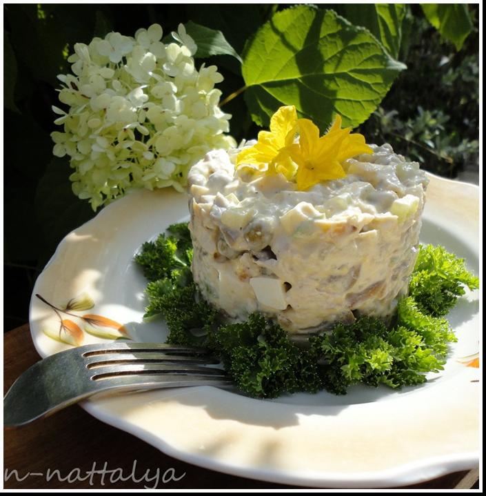 слоеный салат с курицей,огурцами,грибами и черносливом фото рецепт