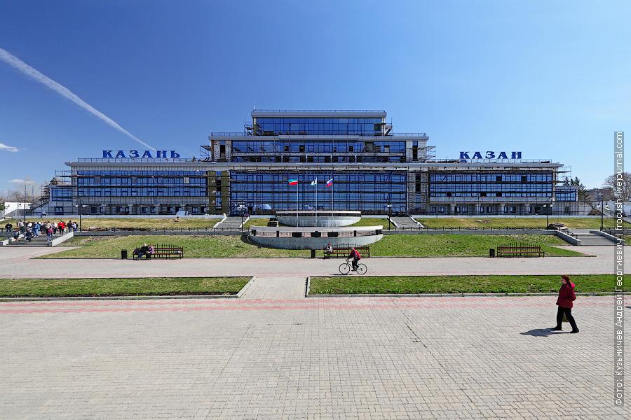 Здание речного вокзала Казани все в строительных лесах