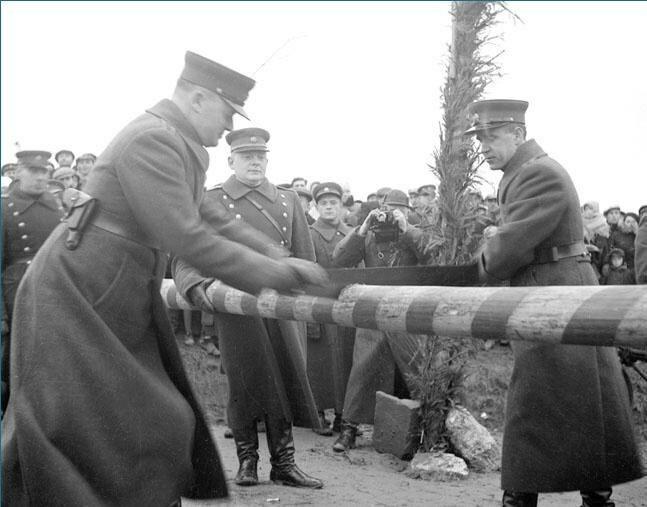 Литовские военнослужащие спиливают шлагбаум на границе с Польшей