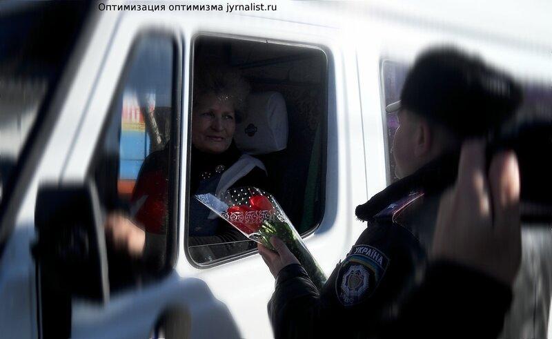Цветы вместо штрафа! ГАИ Луганска устроила традиционное поздравление женщин-водителей с наступающим праздником