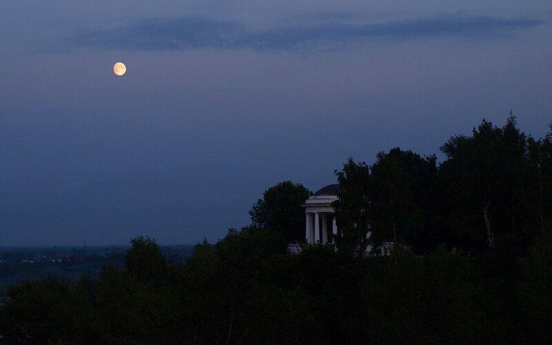 Полная луна над ротондой Александровского сада