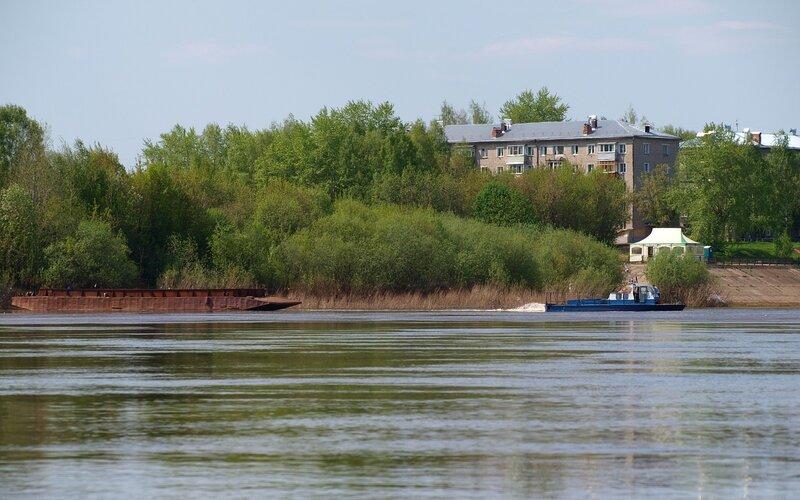 Катер тащит понтон у набережной Нововятска P5172948