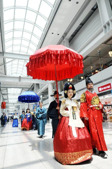 Модели одеты в костюмы короля и королевы Королевства Чосон(조선) (1392-1910)-парад состоялся в понедельник в duty-free зоне Международного аэропорта Инчхон. Фото Шим Хюн-Чуль, Korea Times