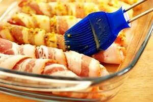 смазать куриные завитушки маринадом
