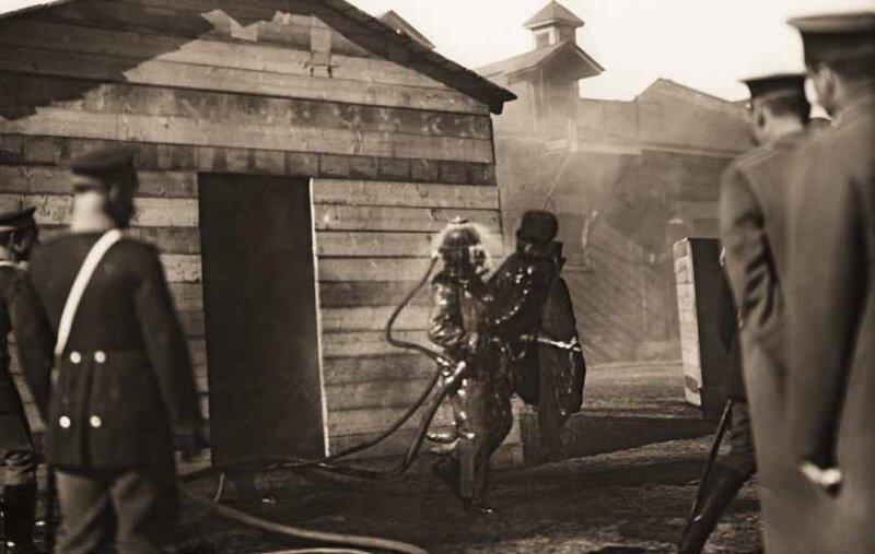 Показательные учения Васильевской пожарной части с использованием дымовой маски системы Кенига. Санкт-Петербург. 25 марта 1910 г. Фото К. Булла.