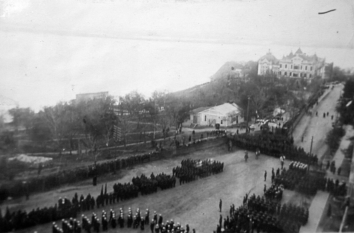 Парад кораблей Амурской флотилии и войск гарнизона по случаю награждения флотилии орденом Красного Знамени. 21 мая 1930 года