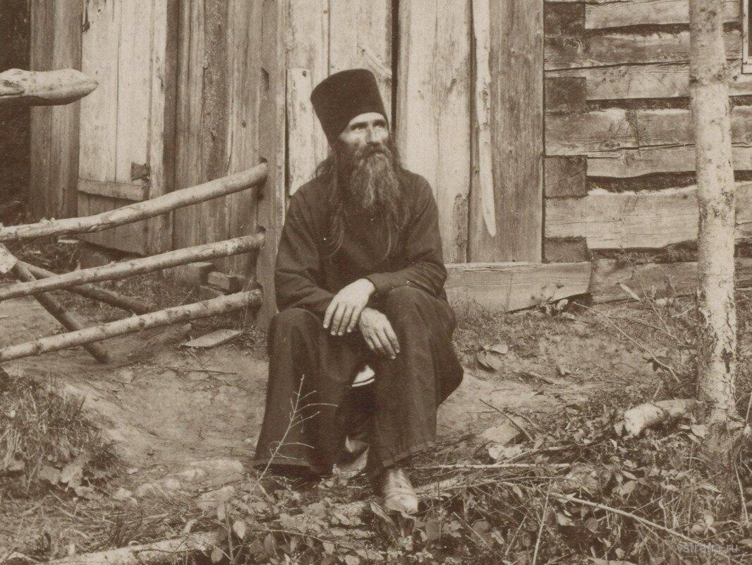 Преподобный Стефан Филейский у своей келлии.