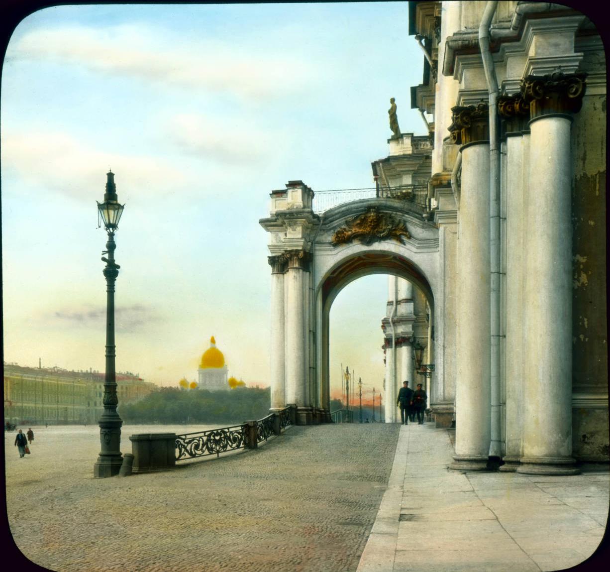 Санкт-Петербург. Эрмитаж (бывший Зимний дворец), вид на вход со стороны Дворцовой площади