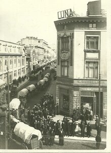 1914 год - военные обозы, свертывают с улицы Петрковской в улицу Тувима.