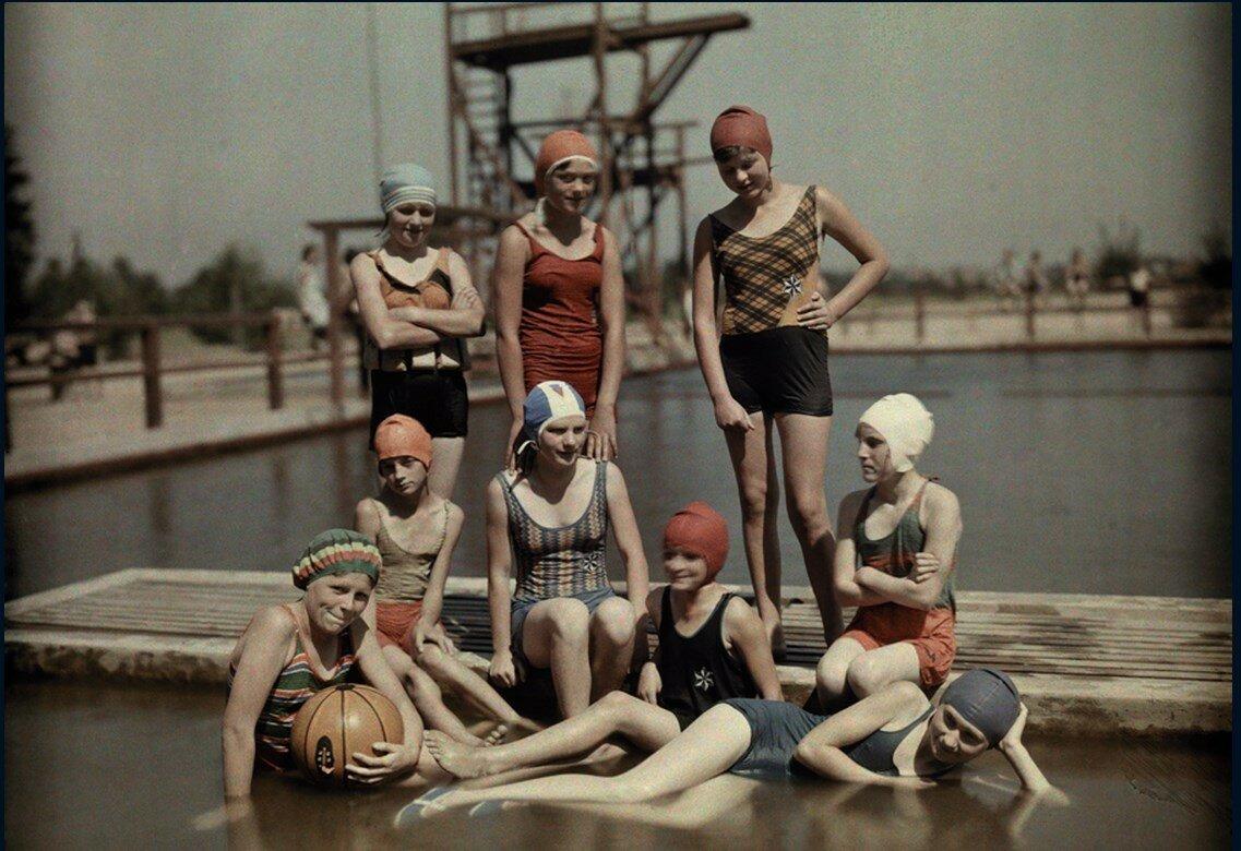 1928. Германия. Девочки-подростки в купальных костюмах в Бранденбурге