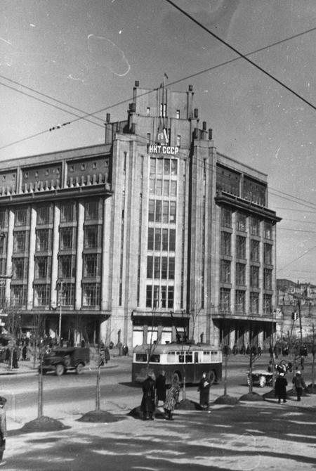 1946. Угол Хрещатика и улицы Ленина (сейчас улица Богдана Хмельницкого), здание ЦУМа