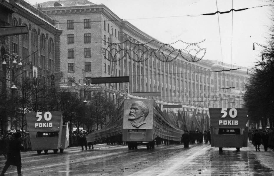 1967.12.24. Колонна демонстрантов на Хрещатике во время празднования 50-летия образования УССР
