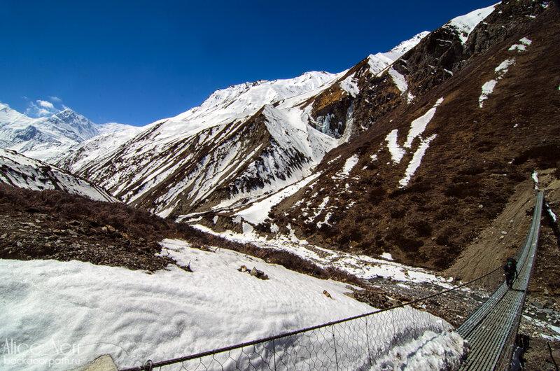горы, непал, гималаи, Подвесной мост через ущелье
