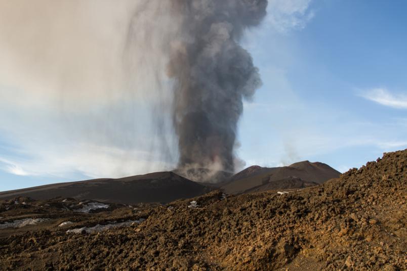 Фотография со спутника запечатлела газ, исходящий из вулкана.
