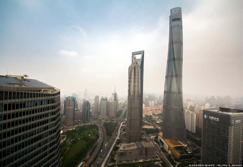 В Шанхае очень много небоскребов, и мы побывали на крышах многих из них!