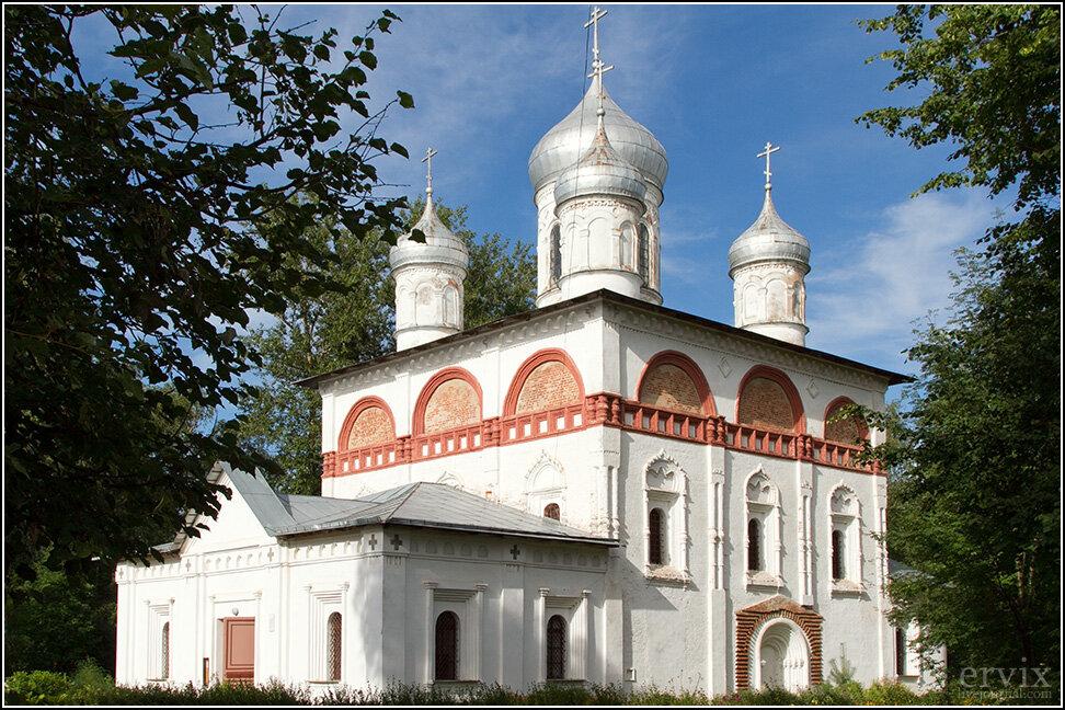 Ну а мы идем дальше. Из интересных храмов нельзя не отметить Троицкую церковь, построенную на средства первого царя династии Романовых Михаила Федоровича.