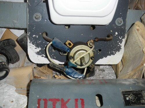Фото 3. Крышка пакетного выключателя демонтирована. Неизвестный нам электрик некоторое время назад цинично подключил электроустановку квартиры в обход пакетника. Слава «соплям» и скруткам! Да здравствуют «сопли» и скрутки!