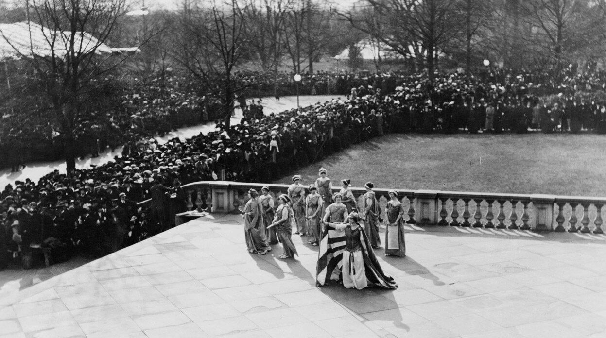 Постановка, организованная Ассоциацией за избирательные права женщин возле здания казначейства, 3 марта 1913 года