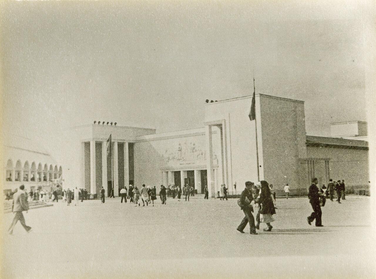 ВСХВ 1940. Павильон животноводства, слева - павильон механизации