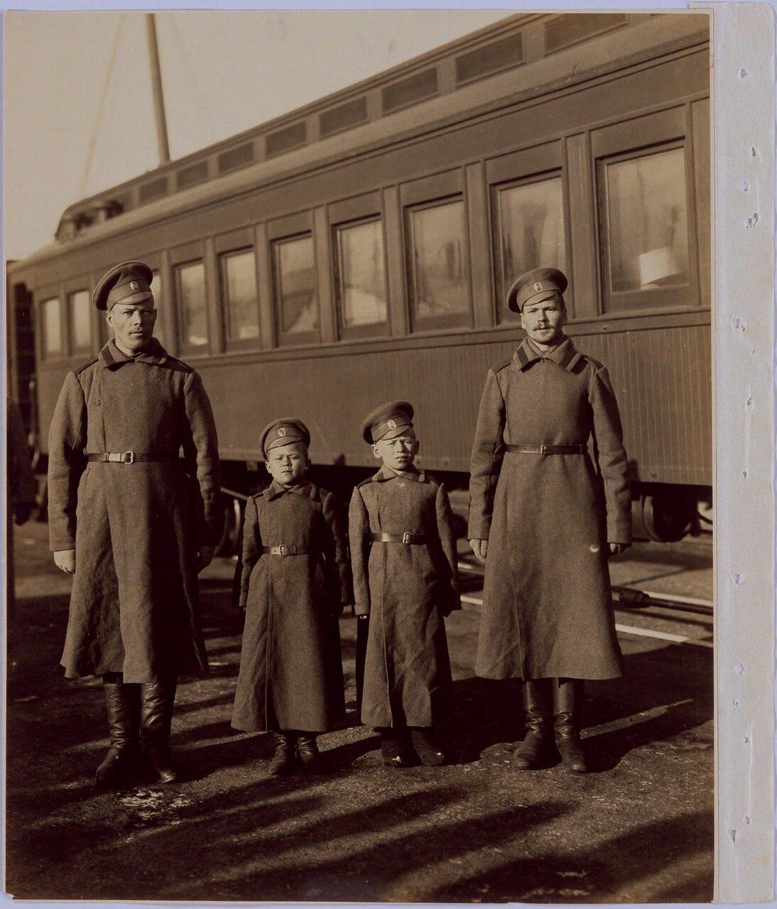 Дети солдаты из 8-го полка. Мальчики потеряли родителей в возрасте 12 лет и добровольно вступили в армию
