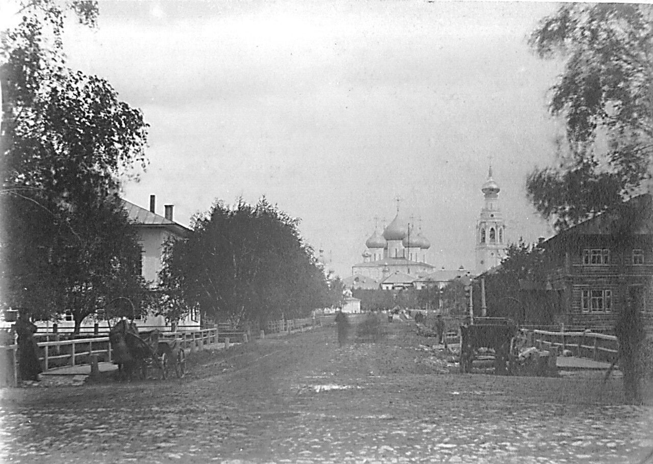 Пятницкая улица с видом на собор