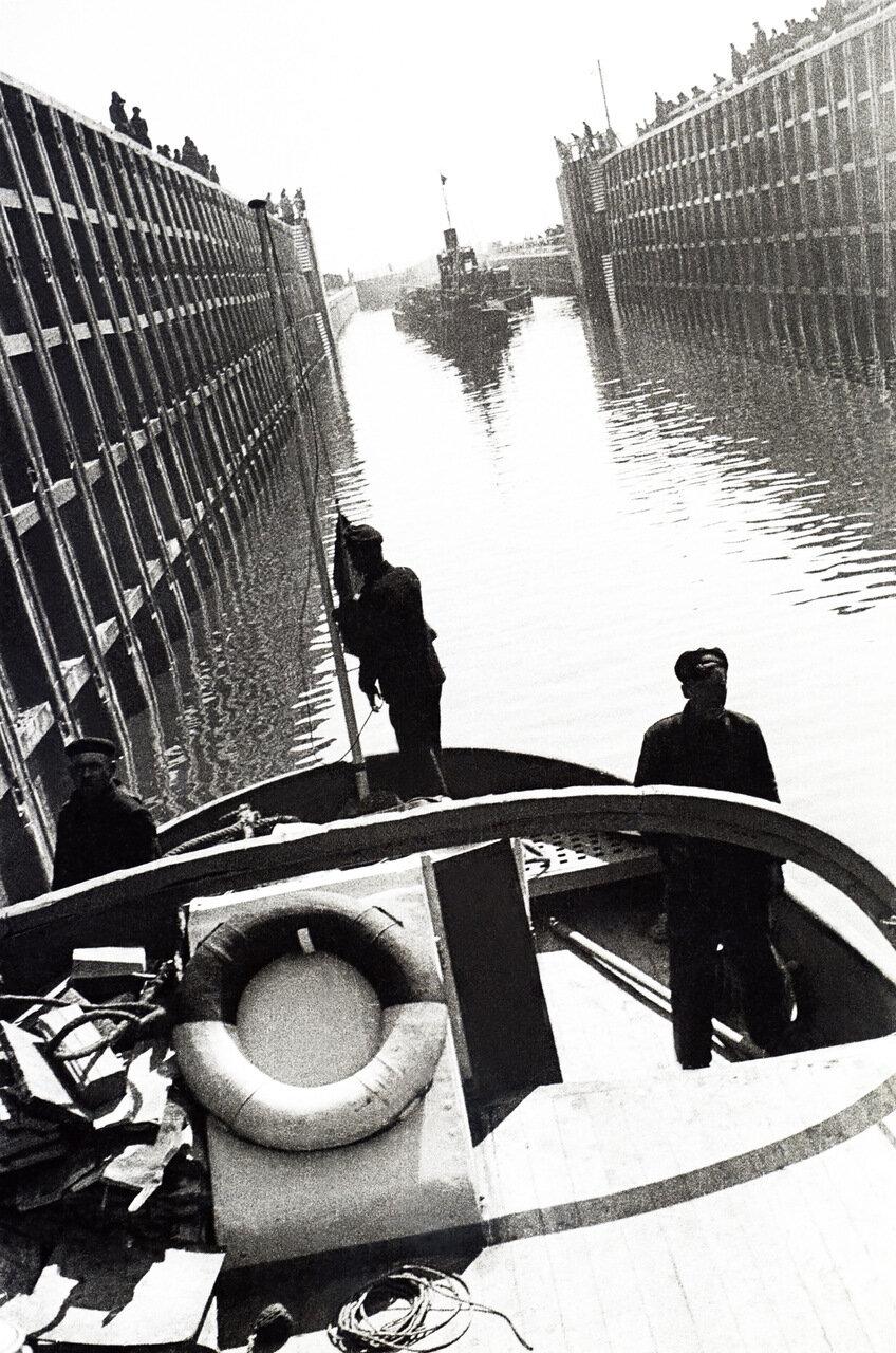 Баржи в шлюзе. Открытие Беломорско-Балтийского канала.