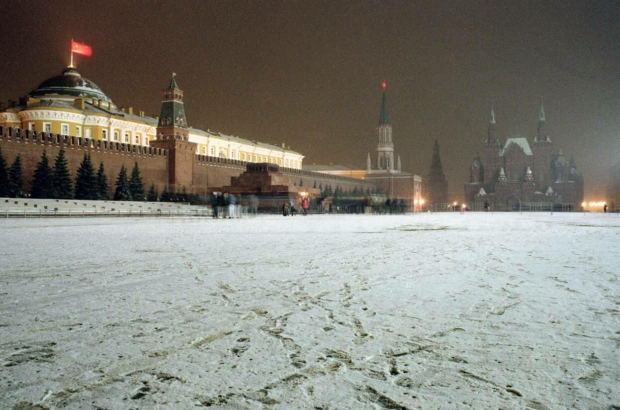 Вечер последнего дня когда советский флаг развевается над Кремлем на Красной площади в Москве
