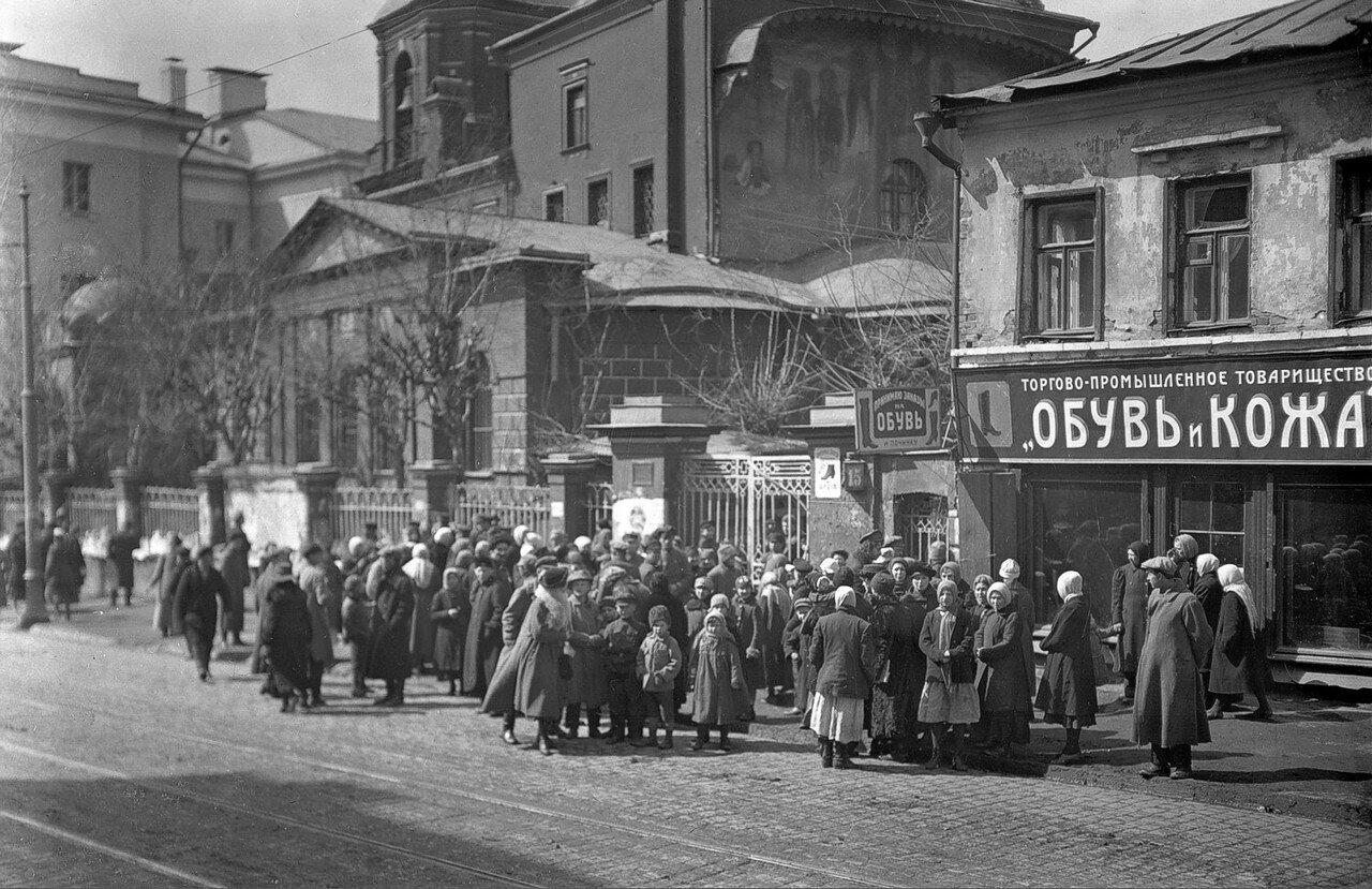 1922. Жители Москвы у церкви св. Георгия на Моховой улице во время изъятия церковных ценностей
