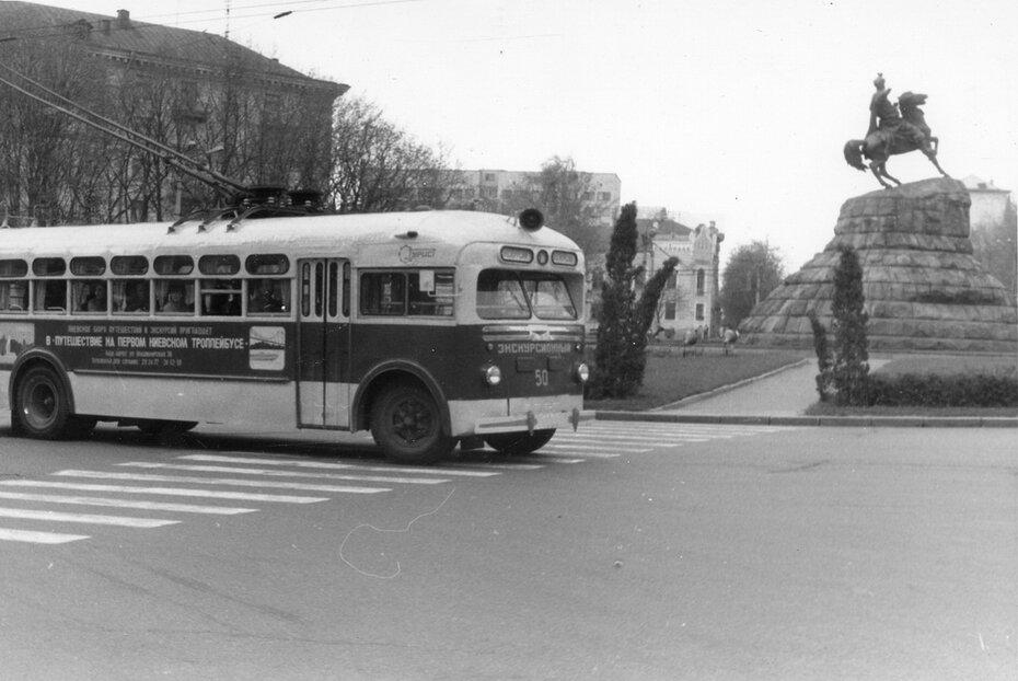 1960-е. Экскурсионный троллейбус на площади Богдана Хмельницкого