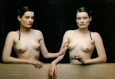 Фотомонтаж странной голой женщины щипающей соски