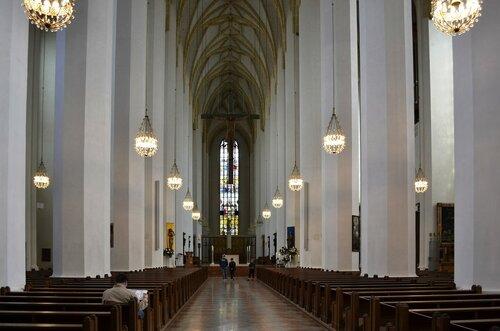 Frauenkirche_in_München_-_innen_-_2012.jpg