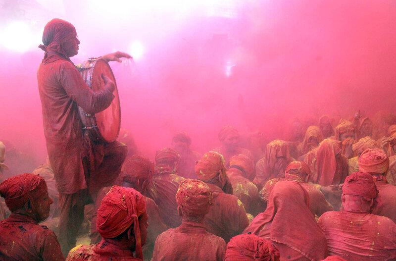 Люди в разноцветном порошке на Фестивале цветов Фотографии