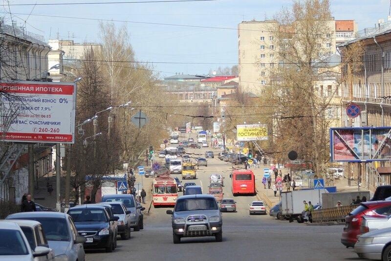 Ретротроллейбус в потоке машин на ул. К. Маркса
