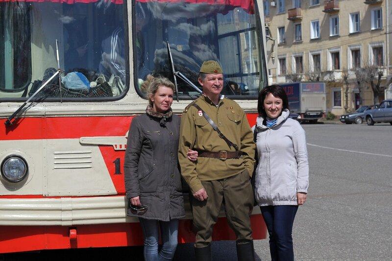 Водитель восстановленного ретро-троллейбуса позирует с желающими