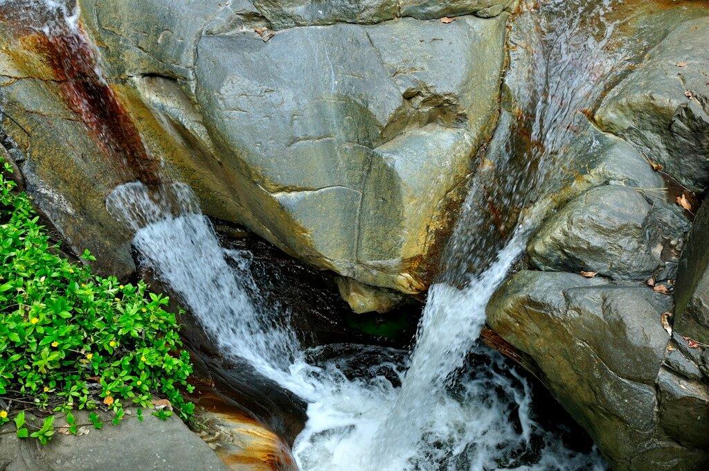 Водопад в Мони
