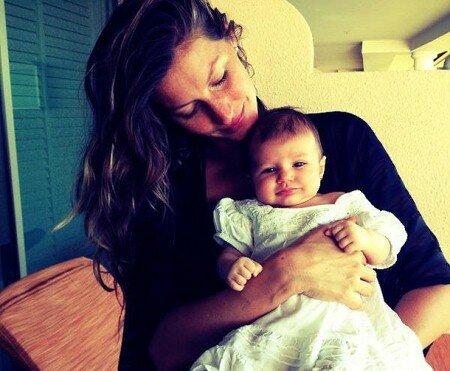 Жизель Бундхен на пляже через три месяца после родов