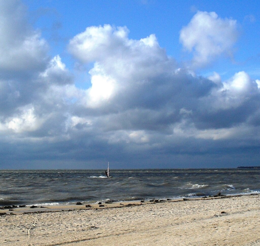 Ветер, у моря, май...