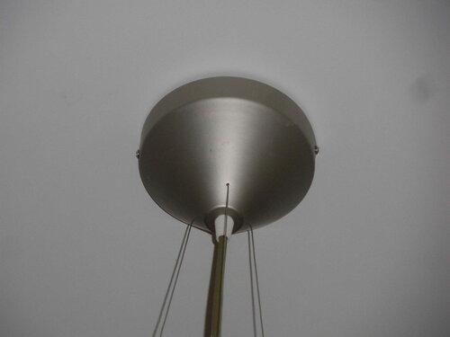 Фото 3. Центральный провод люстры фиксируется пластмассовым цанговым зажимом. По бокам колпака видны винты, с помощью которых колпак крепится на монтажную рейку.