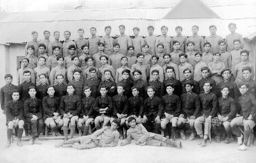 Группа учеников из детского дома и профессионально-технического училища в Алеппо перед отъездом в Армению в 1924 году