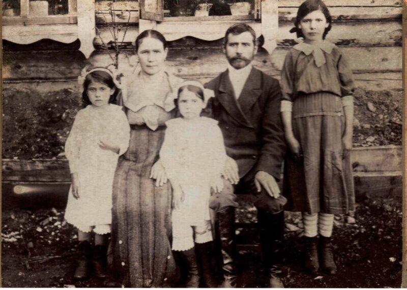 Семья Рябчевских в 1917 году.Отец— Нил Александрович, мать— Епистимея Платоновна( в девичестве— Потехина), дочери— Мария, Таисия, Анна у своего дома в поселке Леонидовского завода.