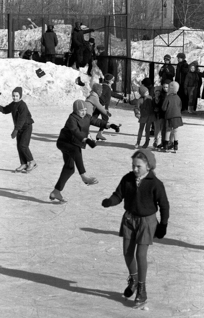 Занятия юных фигуристов на катке стадиона Шинник.