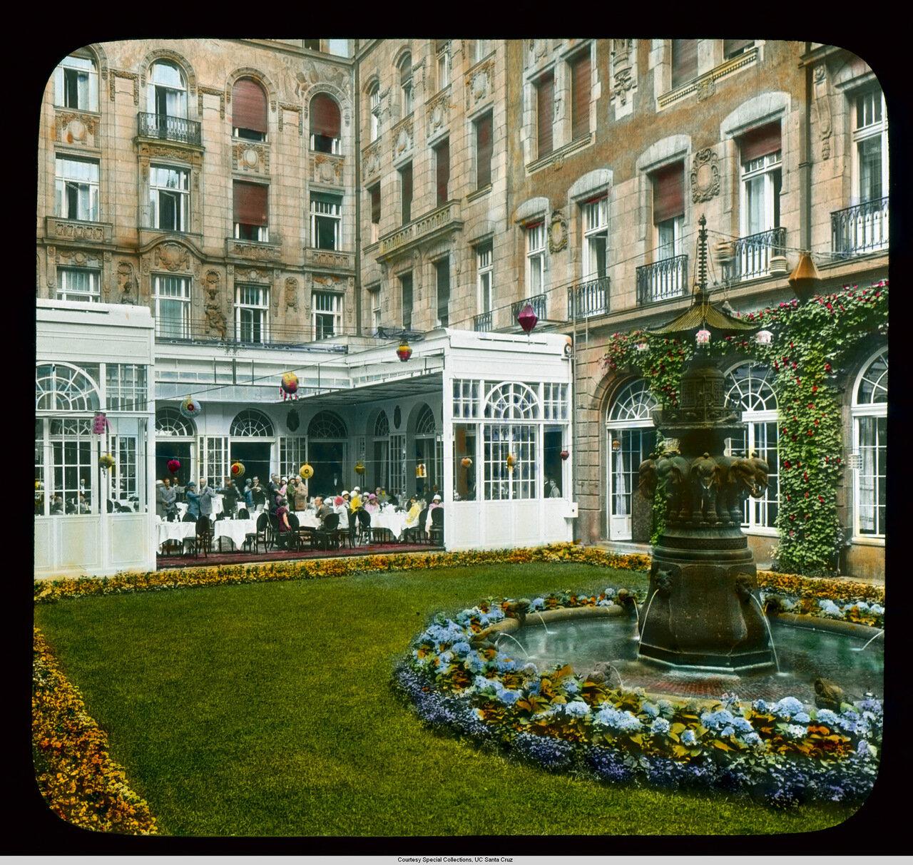 Берлин. Отель Адлон (разрушен в 1945) и Унтер-ден-Линден